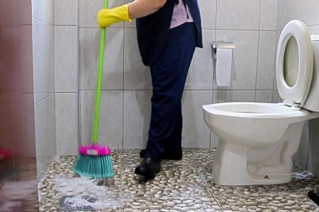 trabalhadora terceirizada limpeza