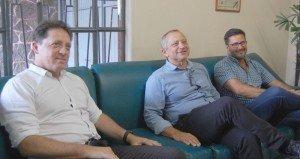 Maestro Evandro Matté (E), Luís Fernando Parada (E), gerente do Sesc/Pelotas, e Silvio Bento, em visita ao Diário da Manhã FOTO: HFJ/DM