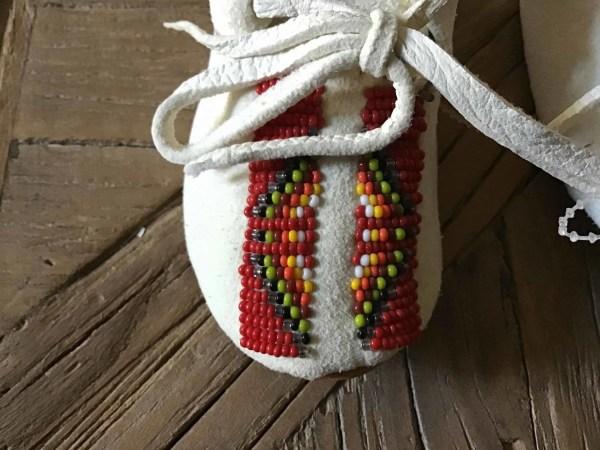 , Baby Moccasins mit rotem Beadwork