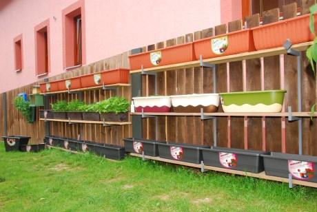 Vegetačná stena z hrantíkov na policiach