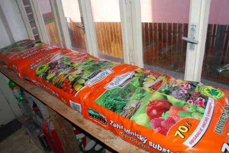 Vrecia substrátu pripravené na výsadbu