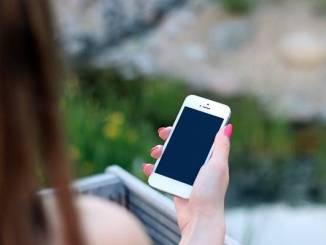 Pengguna sedang menggunakan Smarphone