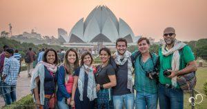 Pessoas em frente ao Lotus Temple em Delhi, Índia