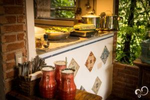 Pratos com comida em estante