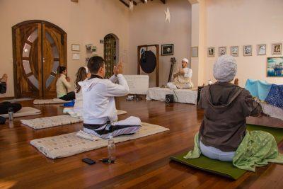 Participantes de retiro praticando Kundalini Yoga durante retiro no Prana Prana.