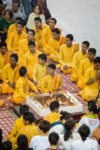 Monges durante cerimônia em frente a fogueira em Rishikesh, Índia