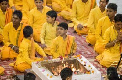 Cerimonia com preces, mantras, oferendas ao fogo, conhecida como Aarti em às margens do sagrado rio Ganges, em Rishikesh.