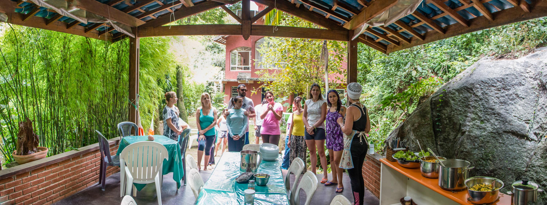 Pessoas fazendo prece antes do almoço no refeitório do espaço Prana Prana na Serra da Cantareira em são Paulo durante o retiro de carnaval