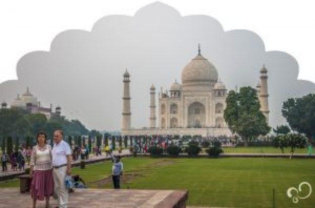 Casal idoso posa para foto em frente ao Taj Mahal durate Viagem à Índia