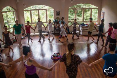 Participantes do retiro fazendo a prática de dança circular