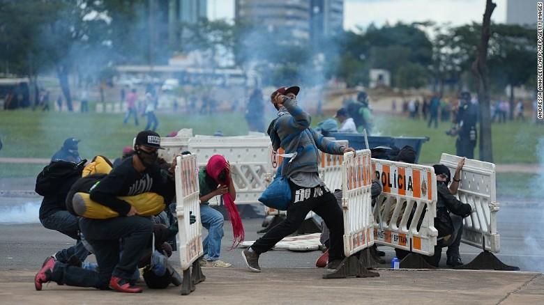 14122016142129_web_brazil_protest