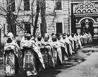 Возвращение духовенства после погребения еп. Анастасия (Кононова) на Рогожском кладбище в Москве. Фотография. 1986 г.