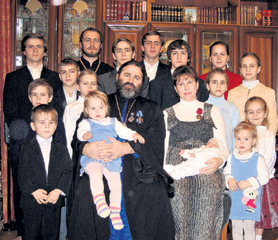 Протојереј Јован Осјак са породицом: Није се дало да опкупимо сву децу