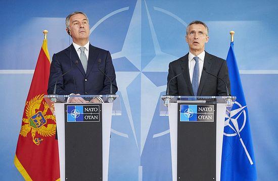 Премијер Црне Горе Мило Ђукановић и генерални секретар НАТО-а Столтенберг, који поздравља «напредак у правцу чланства Црне Горе у НАТО-у», 15. април 2015. г.