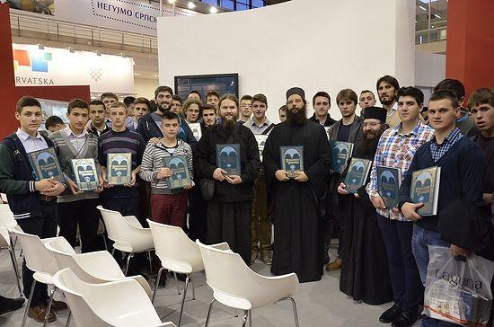 На Сајму књига са ученицима Богословије у Призрену