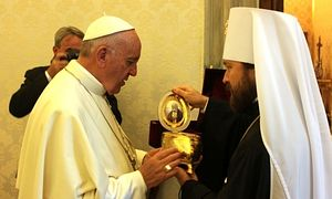 Met. HIlarion (Alfeyev) gifting the relics of St. Seraphim of Sarov to the Pope of Rome. Photo: https://mospat.ru/en/2016/09/15/news135747/