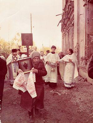Первый после возвращения собора крестный ход. Все разрушено, стекол нет, но есть вера и молитва