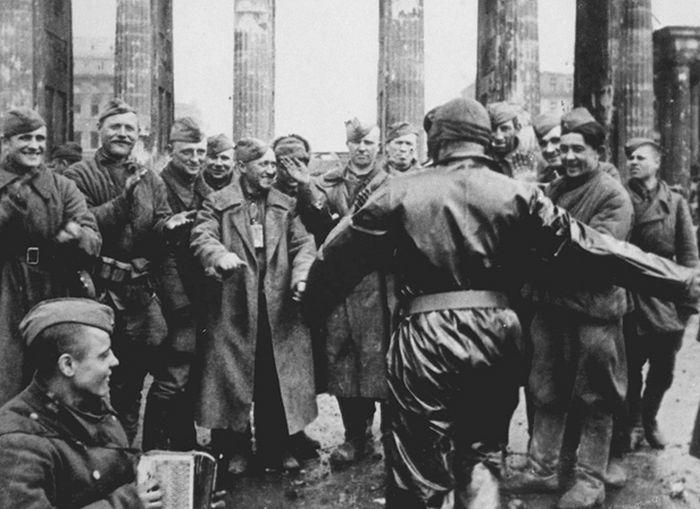 Код Бранденбуршке капије. 1945. Фото: Владимир Гребњов/ТАСС