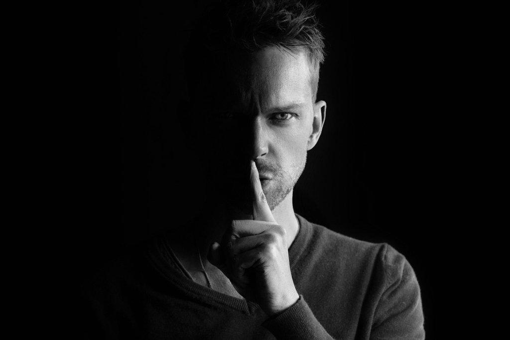 gossip man 1024x683 - The 7 pillars of mindfulness - #1 Non-Judging