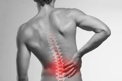 Mann mit Schmerzen im Rücken