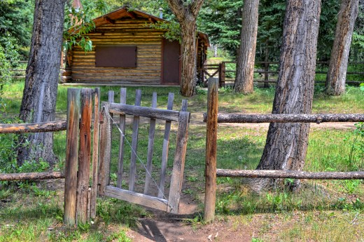 wooden gate-cabin (1)