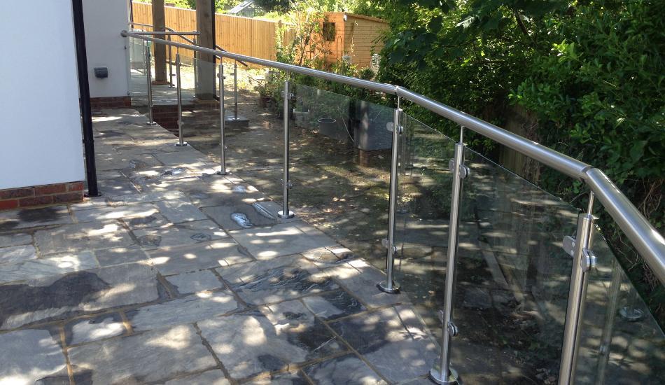 External post and rail glass balustrade