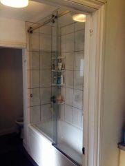 Frameless sliding bath screen