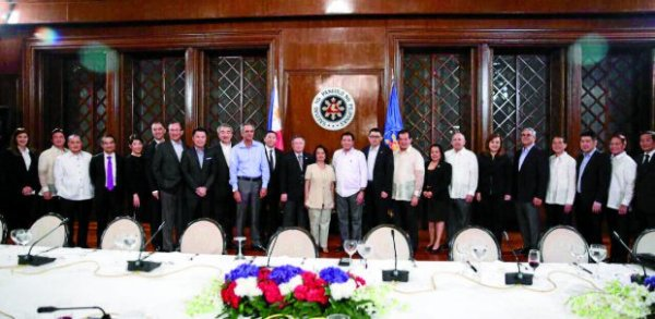 """Presidential Adviser for Entrepreneurship Joey Concepcion arranged a meeting with President Rodrigo Duterte and the Go Negosyo Kapatid taipans to express their support to the President in helping all areas of conflict and extreme poverty in the country.(In photo L-R: Ginggay Hontiveros, Go Negosyo Sulu Coordinator; Alfred Ty, GT Capital Holdings Corporation Co-Vice Chairman; Manny Pangilinan, First Pacific Managing Director and CEO; Federico Lopez, First Philippine Holdings Corporation Chairman and CEO; Doris Magsaysay Ho, Magsaysay Corporation President and CEO; Michael Tan, LT Group President and COO; George Barcelon, Philippine Chamber of Commerce and Industry President; Kevin Tan, Megaword Corporation First Vice President – Commercial Division; Hans Sy, SM Prime Holdings Chairman of the Executive Committee; Enrique Razon, International Container Terminal Services (ICTSI) Chairman, Cong. Arthur Yap, Bohol 3rd District Representative; Sec. Carlos Dominguez, Department of Finance Secretary; Former President Gloria Macapagal-Arroyo; President Rodrigo Duterte; Presidential Adviser Joey Concepcion; Tomas Alcantara, Alsons Group Chairman; Merly Cruz, Go Negosyo MSME Development Adviser; Erramon Aboitiz, Aboitiz Equity Ventures President and CEO; Alice Eduardo, Sta. Elena Construction and Development Corporation President and CEO; Jaime Augusto Zobel de Ayala, Ayala Corporation Chairman and CEO; Tony Tan Caktiong, Jollibee Foods Corporation Chairman and CEO; Edgar """"Injap"""" Sia, Double Dragon Investment Chairman and CEO; Dr. Francisco Duque, Department of Health Former Secretary; and Domingo Yap, Federation of Filipino-Chinese Chamber of Commerce and Industry Vice President. GO NEGOSYO PHOTO RELEASE"""