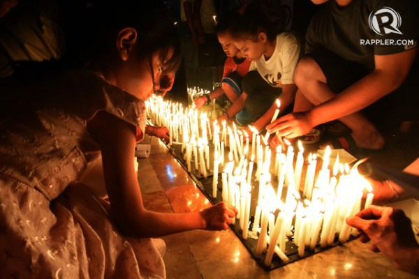 NO TO KILLINGS. A candle-lighting ritual for victims of drug war killings is held at the San Roque Cathedral in Caloocan City on October 24, 2017. Photo by Angie de Silva/Rappler