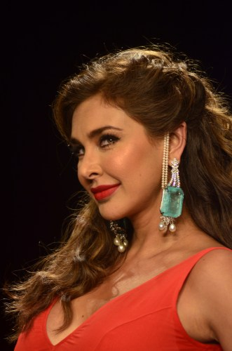 Showstopper Lisa ray showcasing the gorgeous emerald, diamond and pearl earrings