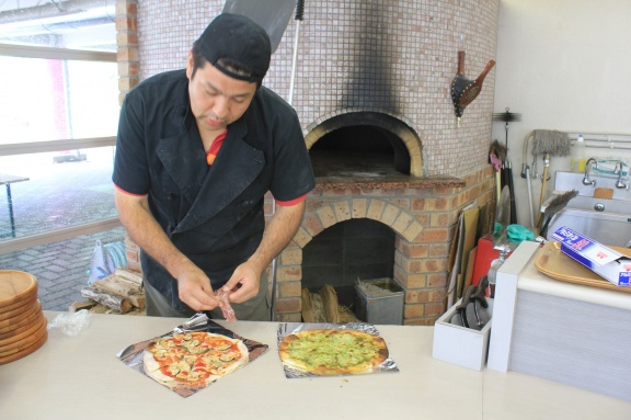 The master of the wood-fired pizza oven. Inspite of the closing down of the ski area he is continuing his business! Ganbatte kudasai!