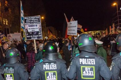 MÜNCHEN, DEUTSCHLAND - 09.11.15 - POLITIK - PEGIDA München Kundgebung. Bild zeigt: Die Polizei umringt die Pegida Demonstranten mit einer Kette.