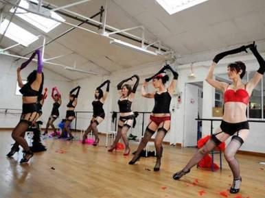 L'effeuillage est inspiré des danses de cabaret, féminine et sexy. Cela s'apparante au streap-tease, sans le côté trash. Ce style se pratique généralement entre filles, et est conseillé pour un enterrement de vie de jeune fille amusant.