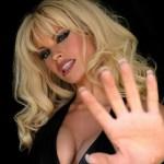 Lily James méconnaissable en Pamela Anderson dans le biopic Pam & Tommy