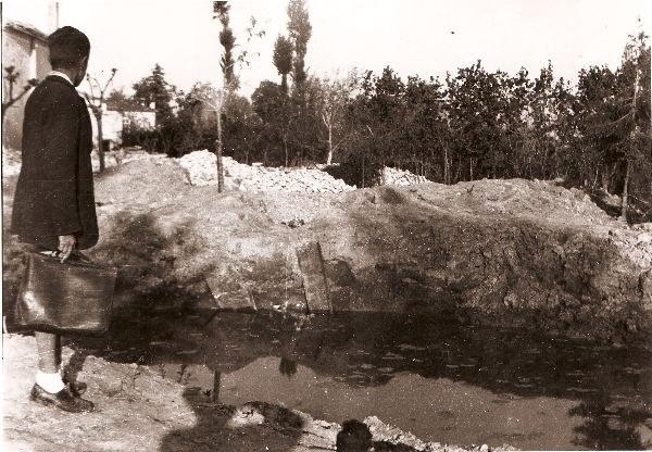 Il tredicenne Memi presso il cratere della bomba che uccise i bambini Maria Teresa e Luigino Stringa in via Guidotti, foto di Mario Botter