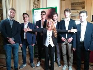 I ragazzi dell'Istituto E. Breda di Sesto San Giovanni con la presidente Carla De Albertis