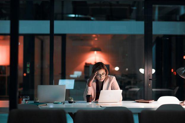 Las largas jornadas de trabajo afectan la salud de los empleados. GETTY