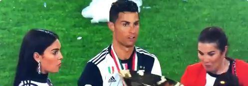 Cristiano Ronaldo golpeó si queres a su hijo al momento de posar para una fotografía. (Foto Redes).