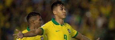 El brasileño Kaio Jorge celebra luego de anotar el 1-1 durante la final de la Copa Mundial de Fútbol sub 17 entre Brasil y México. (Foto Prensa Libre: EFE)