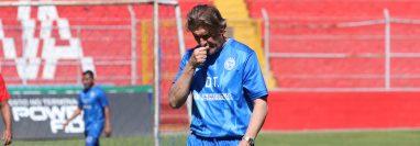 El técnico Sergio Egea no encuentra la ruta para que Xelajú camine en este torneo. (Foto Prensa Libre: Raúl Juárez)