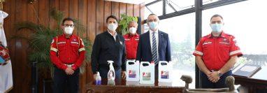 Juán Alfonso Solares, director ejecutivo de Lancasco realizó la entrega al alcalde Ricardo Quiñónez. Foto Prensa Libre: Cortesía