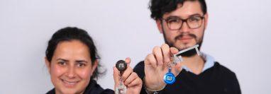 Jóvenes emprendedores guatemaltecos crearon una herramienta que evita el contacto directo de las manos con las superficies. (Foto Prensa Libre: Juan Diego González)