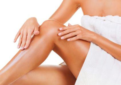Resultado de imagem para mulher passando oleo na perna