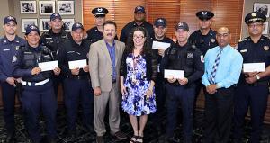José Carlos Aponte, alcalde del Gobierno Municipal Autónomo de Carolina, entregó personalmente el incentivo económico a los uniformados. (Foto/Suministrada)