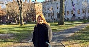 Jenniffer González Colón, comisionada residente electa, posa en el Instituto de Política de la Universidad de Harvard. (Foto/Twitter)