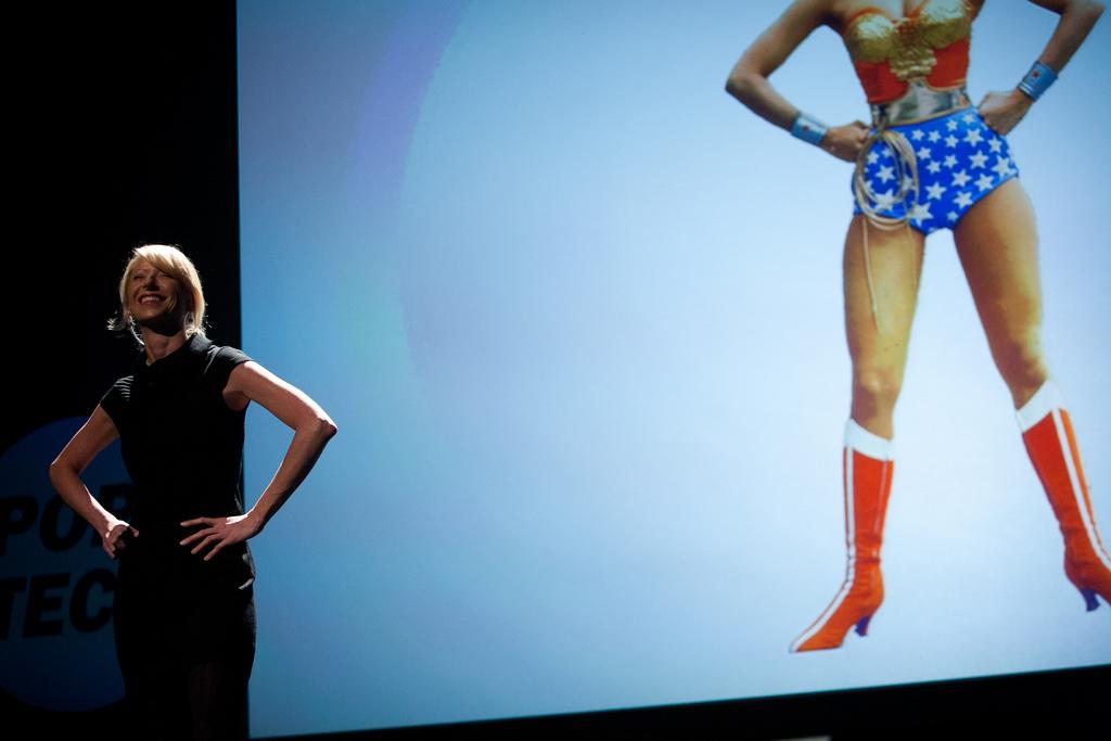 "Amy Cuddy con postura ""Wonder Woman"""