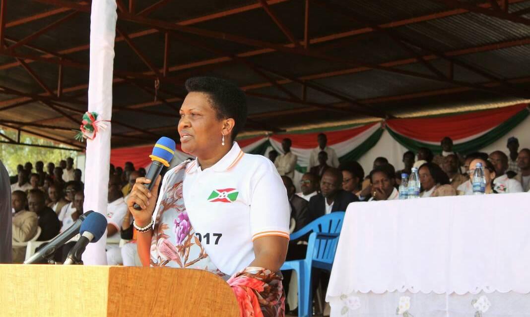 La Première Dame du pays célèbre la journée de lutte contre le SIDA avec la population de Bugabira à Kirundo