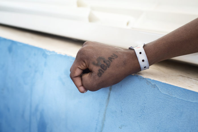 """Neun von zehn Eritreern, die es nach Europa schaffen, wird Schutz gewährt. Die europäischen Regierungen erkennen fast alle Asylgesuche von Eritreern an, hindern sie aber daran, diese auch zu stellen, indem sie sie von den europäischen Küsten fernhalten"""", sagt Arjan Hehenkamp, Geschäftsführer von Ärzte ohne Grenzen in den Niederlanden."""