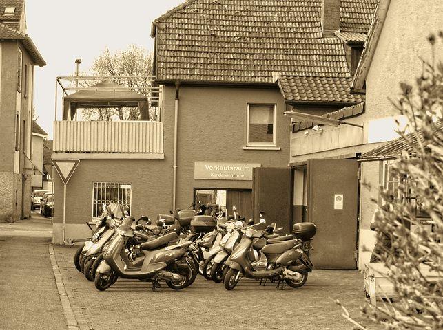 Der Landkreis Mansfeld-Südharz hat 2014 ein offenbar stark überteuertes Grundstück vom Fahrradhersteller Mifa erworben. Die Gewerbeimmobilie sei aus heutiger Sicht etwa 1,2 Millionen Euro wert, sagte die Landrätin des Kreises, Angelika Klein (Die Linke) dem MDR-Nachrichtenmagazin Exakt. Das belege ein erneutes Gutachten zum Verkehrswert.