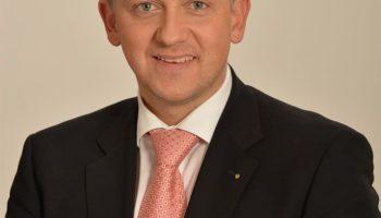 Dr. Florian Herrmann gratuliert Thomas Huber zur Wahl zum Vorsitzenden der Wasserwacht Bayern